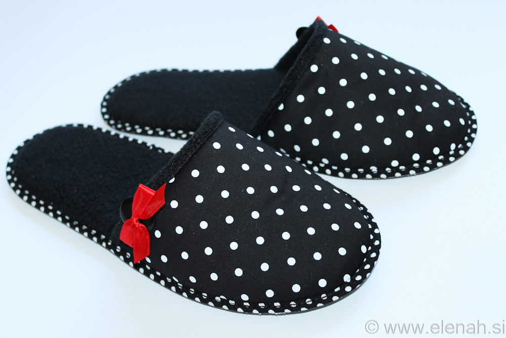 Copatki 6 pike rdeča pentljica Slippers dot red ribbon 2