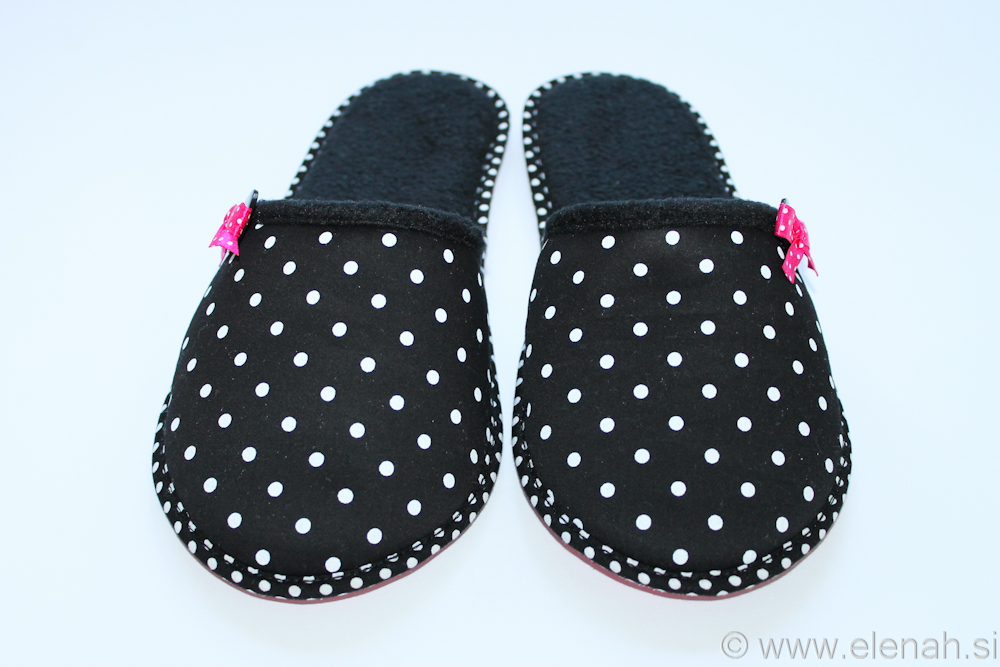 Copatki 7 črno bele pike roza pentljica Tea Slippers black white dots pink ribbon 3